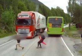 VEJA VÍDEO: Caminhoneiro reage rápido e evita tragédia