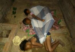 Irmãos são resgatados pela polícia após serem encontrados dormindo em chiqueiro