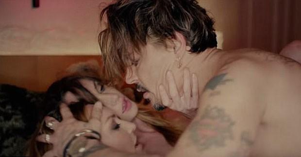 jonweb1 - VEJA VÍDEO: Johnny Depp faz sexo com duas mulheres em clipe chocante