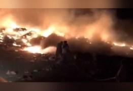 Apesar do esforço dos bombeiros, incêndio segue consumindo lixão em Patos