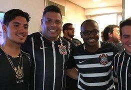 Famosos comemoram vitória do Corinthians no Campeonato Brasileiro
