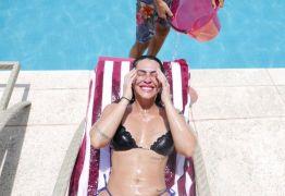 Cleo Pires exibe curvas em brincadeira na piscina com irmão