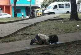 Foto de menina bebendo água do chão choca a web