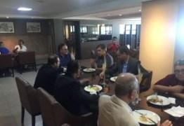 Jutay Meneses, Roberto Cavalcanti, Cartaxo e Cássio recepcionam presidente do PRB em almoço na orla de JP