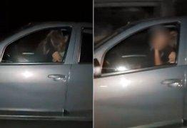 Casal é pego fazendo sexo enquanto dirige carro -VEJA VÍDEO