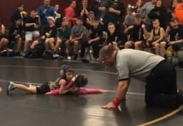 """VEJA VÍDEO: Menino de 2 anos invade competição de luta para """"salvar"""" a irmã"""