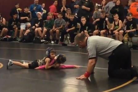 """Screenshot 2917 - VEJA VÍDEO: Menino de 2 anos invade competição de luta para """"salvar"""" a irmã"""