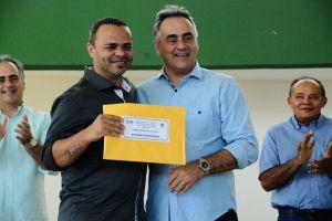 a3030393 6985 4b07 b1b8 2e5ac6114ef5 300x200 - Prefeitura entrega R$ 12 milhões em premiação a profissionais da Educação- Veja vídeo