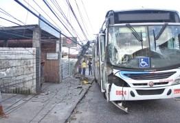 Motorista passa mal e bate ônibus em poste no Tambiá; Veja imagens
