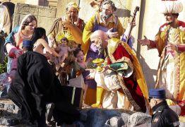 Ativista de topless tenta arrancar estátua de Jesus de berço no Vaticano