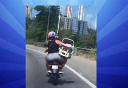 Foto de mulher com bebê conforto em motocicleta viraliza na Paraíba