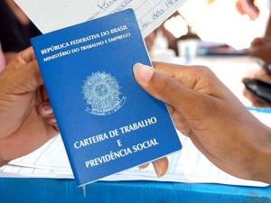carteira de trabalho 300x225 - OPORTUNIDADE: Confira as 200 vagas de emprego oferecidas em seis cidades da PB