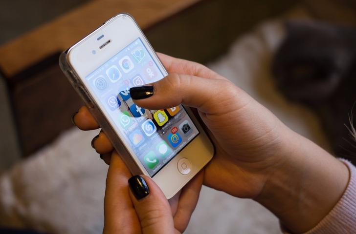 celular apps aplicativos - Pessoas serão multadas ao usarem celular na rua