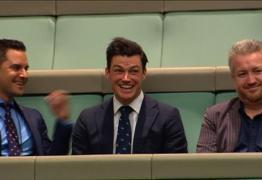 Deputado australiano pede a mão do noivo em casamento no parlamento