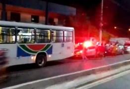 Homem é assassinado dentro de ônibus na Capital