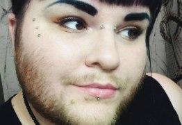 Mulher cis assume barba para empoderar quem tem síndrome do ovário policístico -VEJA VÍDEO