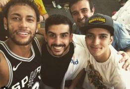 Neymar exibe coleção de camisas da NBA nas férias