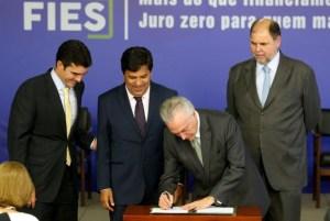 temer assinando 300x201 - VEJA VÍDEO: Governo Federal aprova novas regras para o Fies