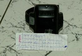 Tornozeleira eletrônica é deixada com bilhete em delegacia: 'foi passar o Natal com a família'