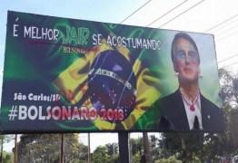 Bolsonaro amanhece com batom, maquiagem, brincos e colares em outdoor