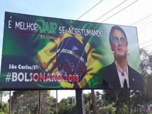 wf 300x225 - Bolsonaro amanhece com batom, maquiagem, brincos e colares em outdoor