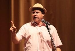 VEJA VÍDEO: Humorista faz paródia em crítica ao governo