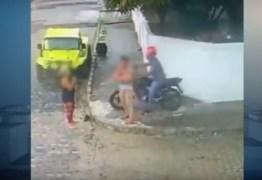 VEJA VÍDEO: Câmera filma mulher reagindo a assalto com 'vassouradas'