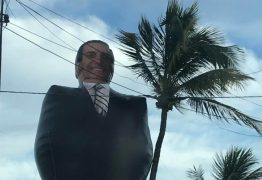 """Bolsozord de 12 metros """"invade"""" praia de João Pessoa e atrai público da direta"""