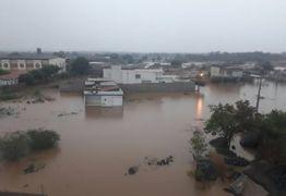 VEJA VÍDEOS: Chuva forte causa alagamentos na cidade de Itaporanga