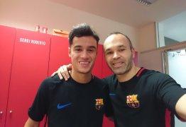Coutinho ganha selfie com o ídolo Iniesta no seu primeiro dia no Barcelona