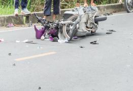 VEJA VÍDEO: Motociclista morre ao bater de frente em carro