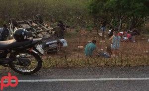 acidente prefeito 4 300x184 - VEJA FOTOS: Prefeito de São José da Lagoa Tapada sofre acidente e fica preso nas ferragens