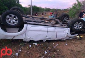 acidente prefeito 300x206 - VEJA FOTOS: Prefeito de São José da Lagoa Tapada sofre acidente e fica preso nas ferragens