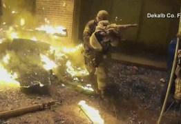 Imagens mostra criança arremessada de prédio em chamas durante resgate
