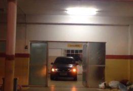 VEJA VÍDEO: Motorista bêbado invade hospital com carro