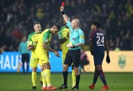 Árbitro de Nantes x PSG é suspenso por tempo indeterminado após agressão