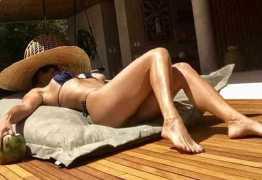 Aos 43 anos, Flávia Alessandra exibe corpaço ao pegar sol na piscina