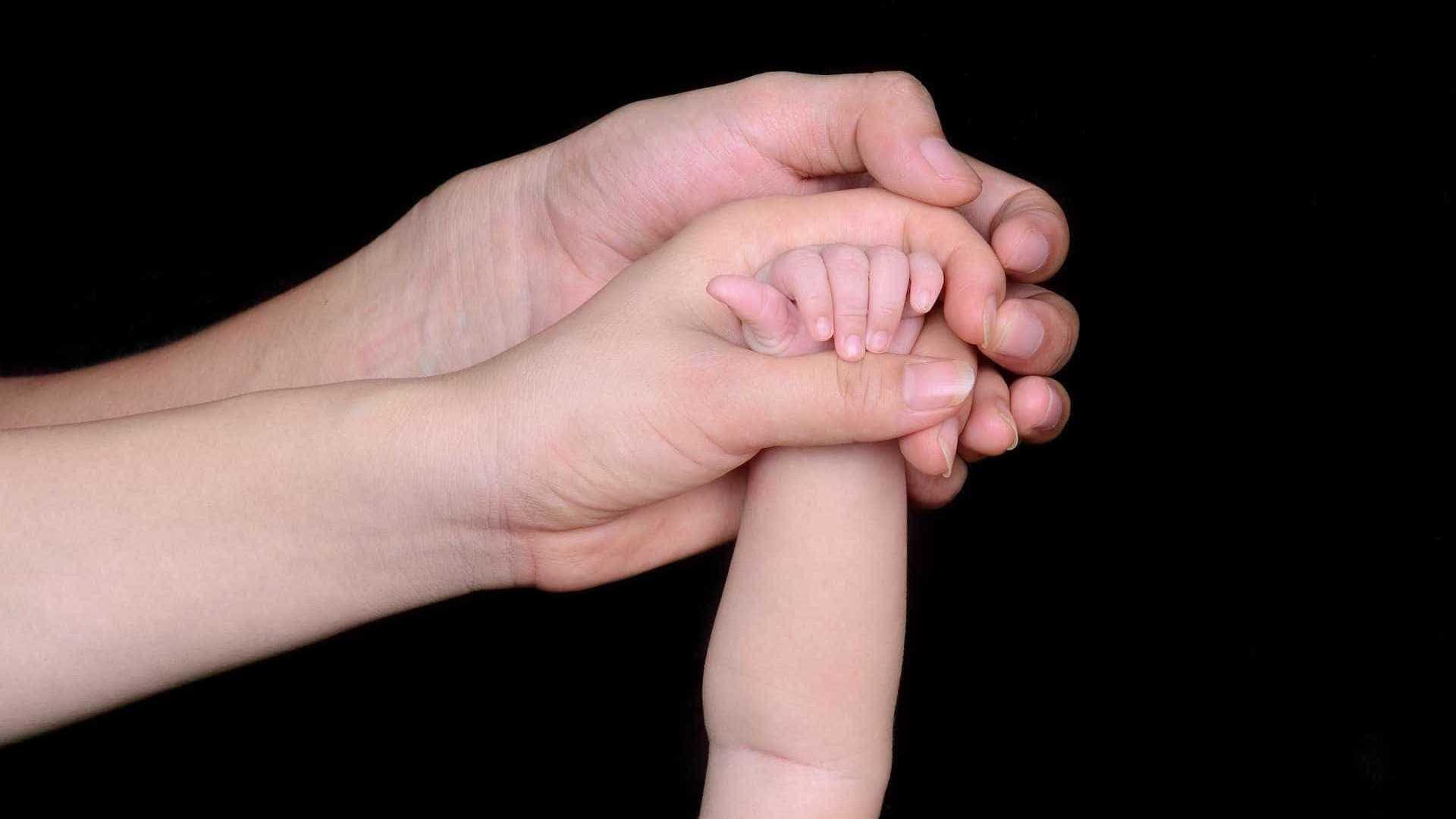 naom 5a6b5f3d62bcd - Homem espanca a própria mãe e a esposa que estava com bebê no colo