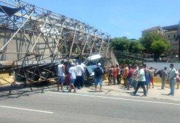 VEJA VÍDEO: Passarela cai sobre caminhão e mata motorista