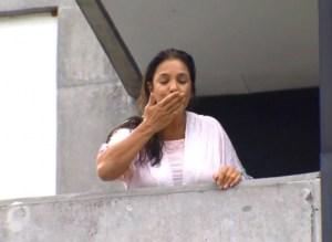 201802130216080000007633 300x219 - O TRIO TA FORMADO: Ivete aparece na varanda do hospital e fala com imprenssa