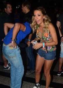 BBIWO0c 216x300 - Repórter deixa calça cair durante entrevista com Luisa Mell