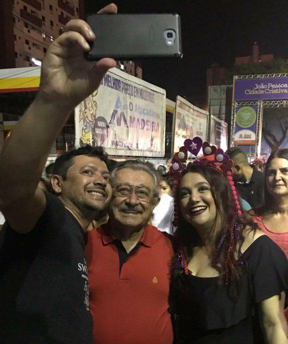Screenshot 20180208 093329 e1518094949921 - CARNAVALESCO: senador Maranhão desce Avenida seguindo trio nas Muriçocas do Miramar