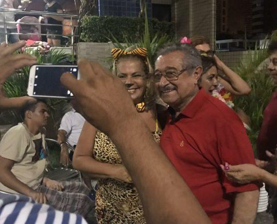 Screenshot 20180208 093437 e1518095040826 - CARNAVALESCO: senador Maranhão desce Avenida seguindo trio nas Muriçocas do Miramar