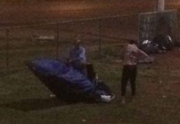VEJA VÍDEO: Casal é flagrado transando em barraca ao lado de estação do metrô