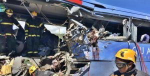 acidente onibus guanabara br 020 2 e1518732834255 300x152 - VEJA VÍDEO: Assista o momento do regate das vítimas do acidente com ônibus da Guanabara