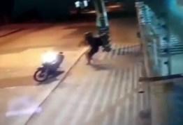 VEJA VÍDEO:  Mulher é assaltada por bandido em moto na porta de casa, em João Pessoa