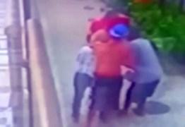VEJA VÍDEO: Criminosos dão 'mata-leão' em idosa enquanto a assaltam