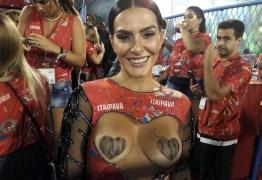 Com seios à mostra, Cleo Pires chama atenção na Sapucaí- Veja fotos