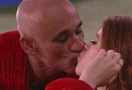 Ayrton desobedece a Globo, volta a dar selinho na própria filha e leva patada