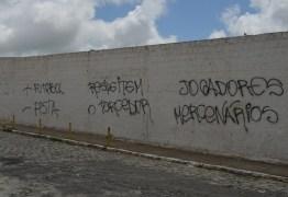 Torcida do Treze se revolta com o time e picha muro do PV